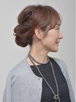 清楚でフェミニンな50代の結婚式の髪型